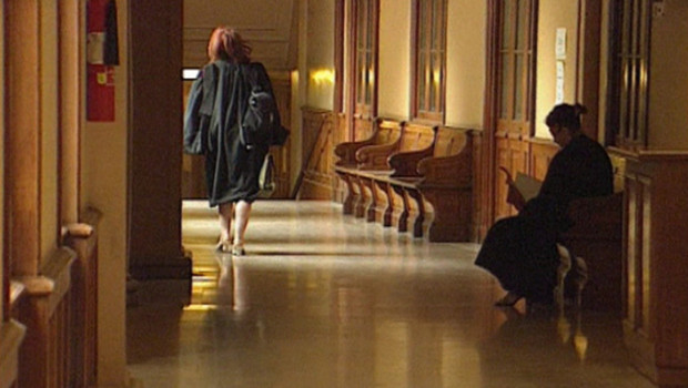 magistrat-dans-le-couloir-d-un-tribunal-archives-10276611vizhi_1713